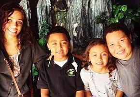 Женщина усыновила четырех детей умирающей подруги