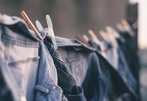 Как правильно стирать джинсы, чтобы они меньше изнашивались