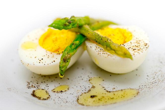 Яйца со спаржей