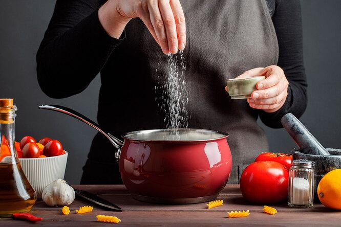 Щепотка или ложка: 8 секретов отом, как правильно солить еду