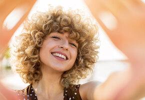 Запоминай, кудряшка Сью: как ухаживать за вьющимися волосами