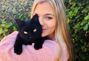 Девушка спасла жизнь котенку, и он спасает ее каждый день