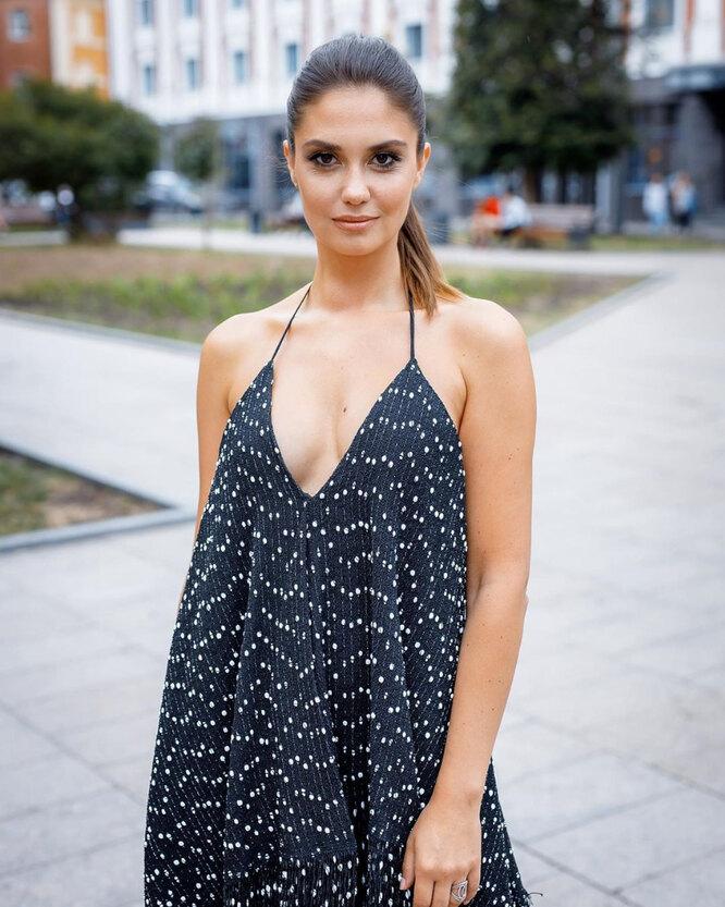 Агата Муцениеце в платье с глубоким декольте