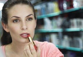 9 лайфхаков по нанесению помады, которые должна знать каждая женщина