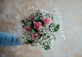 Альпинист зарабатывает, доставляя девушкам цветы от поклонников