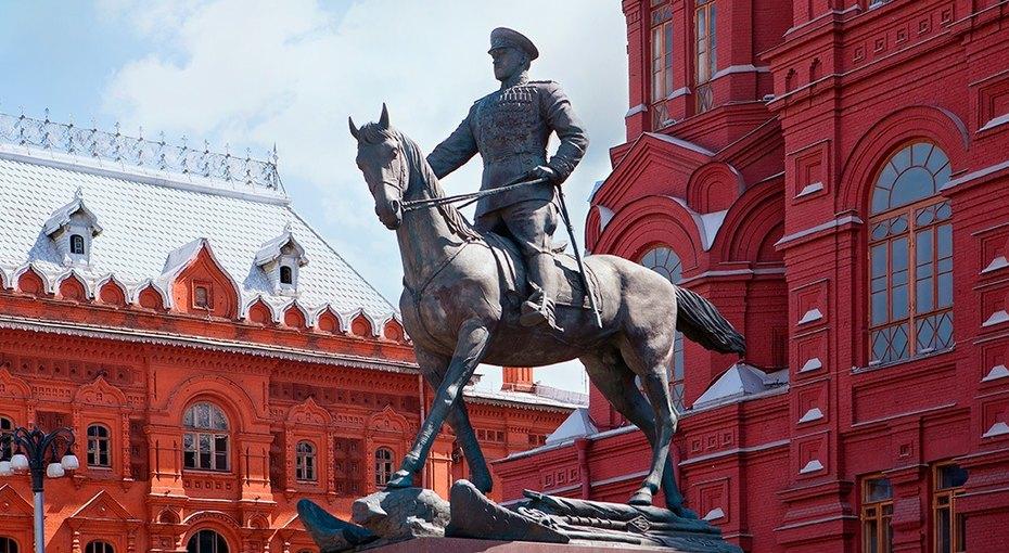 Исторический момент: наКрасной площади разрушают скульптуру маршала Жукова