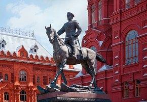 Исторический момент: на Красной площади разрушают скульптуру маршала Жукова