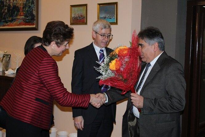 Андрей Громов (в центре) во время одного из мероприятий в консульстве России в Русе