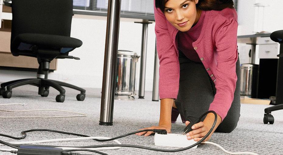 Гениальный лайфхак или фокус: как достать застрявший подстолом шнур, недвигая мебель?