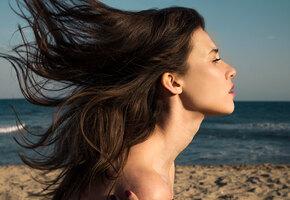 Темная сила: 10 неожиданных советов по уходу за волосами для брюнеток