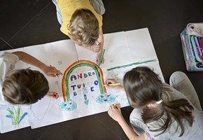 Радуга — наш символ надежды: дети в Италии рисуют на окнах, чтобы поддержать врачей и всех, кто заперт