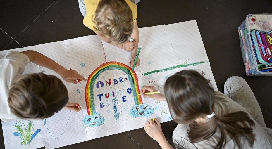 Радуга — наш символ надежды: дети вИталии рисуют наокнах, чтобы поддержать врачей ивсех, кто заперт
