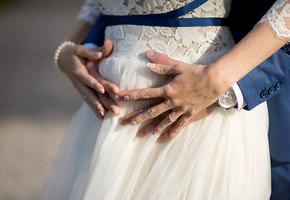 Беременная невеста потеряла сознание на пути к алтарю. Врачам удалось спасти ребенка
