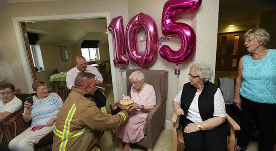 «Хочу красавца-мужчину»: насвой 105 день рождения она пригласила пожарного стортом