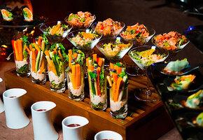 Фуршет своими руками: фрикадельки на шпажках, оладьи с салатом и овощное ассорти