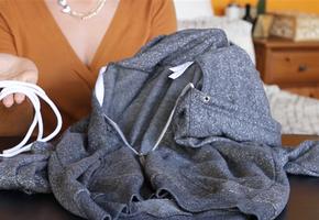 Как вставить выдернутый шнурок в капюшон или брюки за 2 секунды