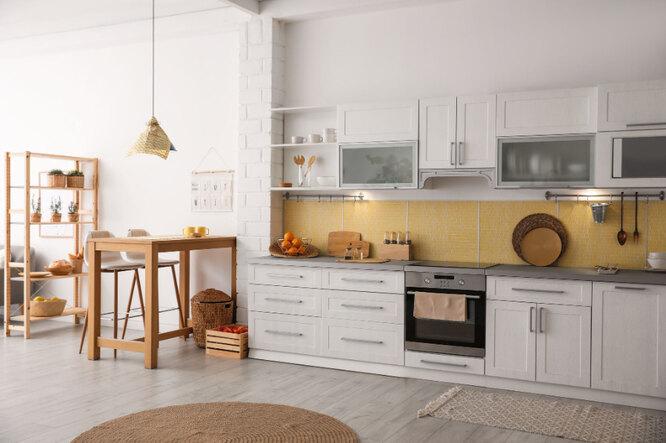 Белую кухню стоит разбавить деревянными полками, шкафчиками и другими элементами