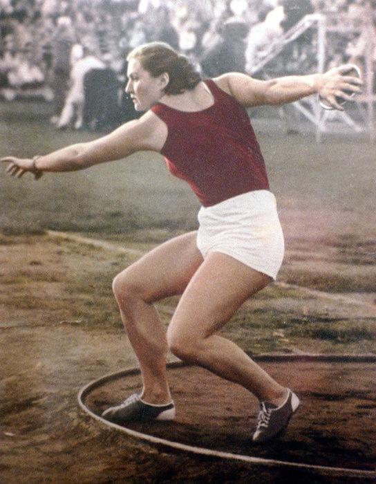 1952 год. Выступает Нина Пономарева