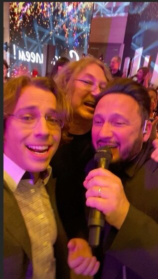 Максим Галкин, Стас Михайлов и Игорь Николаев поют песню