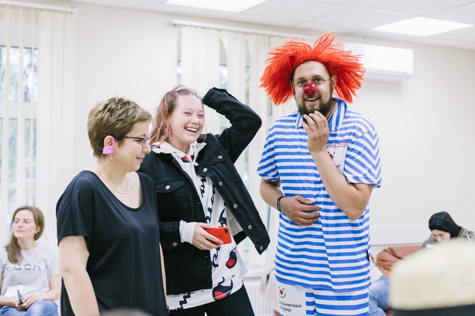 Нюта Федермессер и больничный клоун Константин Седов общаются с семьями