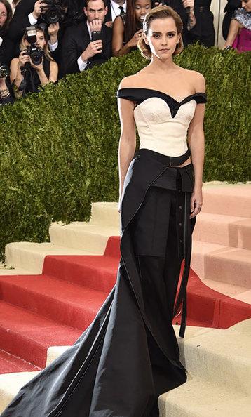 Эмма Уотсон вплатье изпереработанных бутылок наMet Gala 2016.