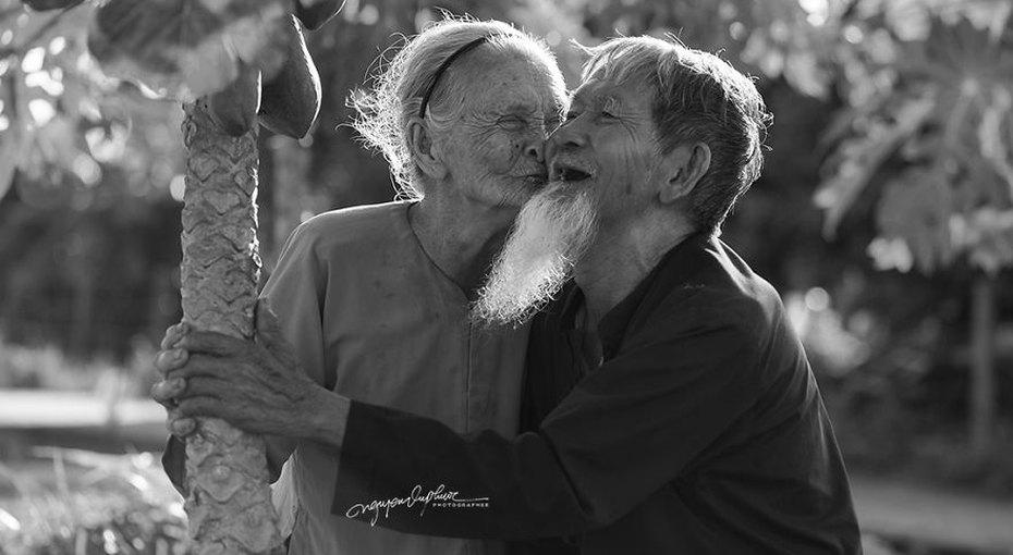 Счастливы навечно: фотограф снял трогательную историю любви пары, прожившей вместе более 60 лет