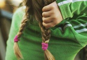 Цена привычки: у 11-летней девочки из желудка достали килограмм волос