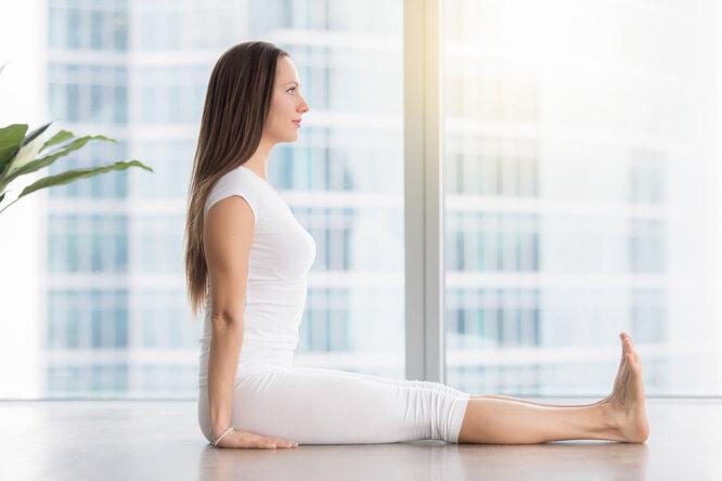 Девушка делает упражнение, как исправить осанку в домашних условиях