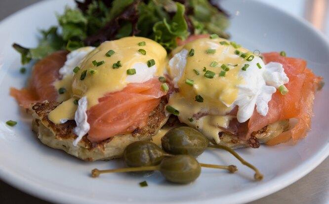 Бутерброды с рыбой и яйцом-пашет, продукты от бессонницы