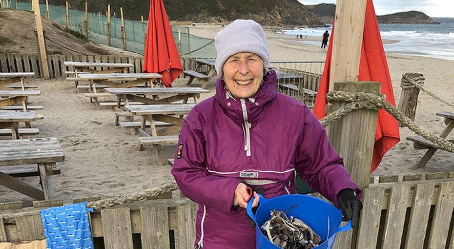 70-летняя женщина ради внуков очистила 52 пляжа отмусора