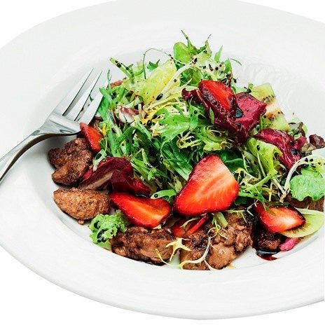 Рецепт салата скуриной печенью иклубникой