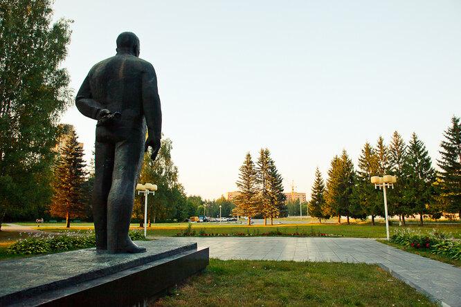 Памятник Юрию Гагарину - ромашка в руке