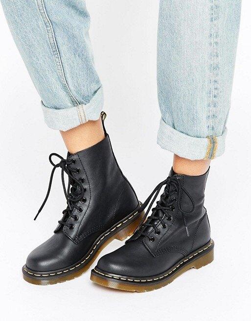 девушка в джинсах и черных ботинках