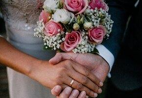 Невеста и жених в шоке: чиновница громко запела в момент регистрации брака