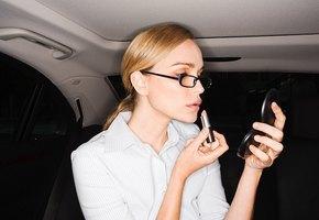 Макияж на бегу: что можно и нельзя делать в такси, метро и автобусе?