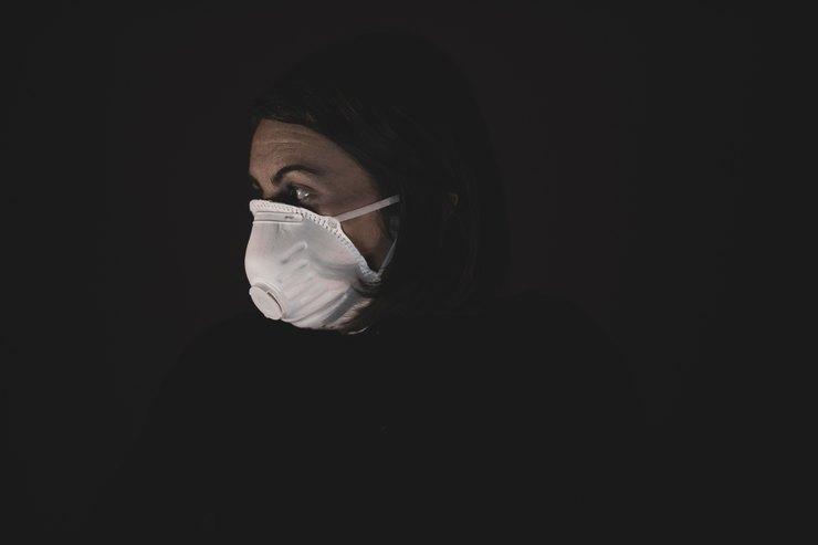 Врач взащитной маске. Фото: engin akyurt on Unsplash