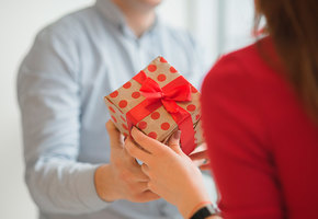 Подарки на 8 Марта: люксовая косметика со скидкой, духи с нотами черешни и даже ноутбук