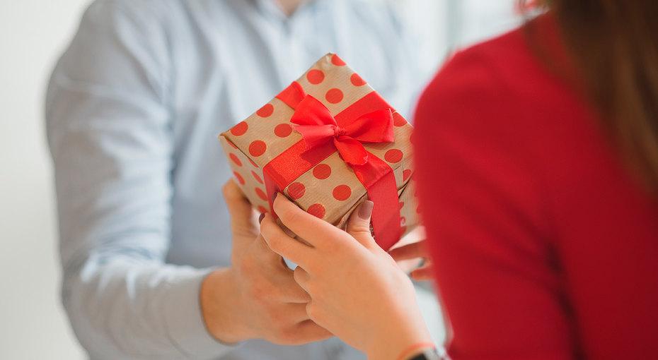 Подарки на8 Марта: люксовая косметика со скидкой, духи снотами черешни идаже ноутбук