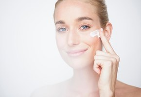 Когда наносить солнцезащитный крем – до или после обычного?