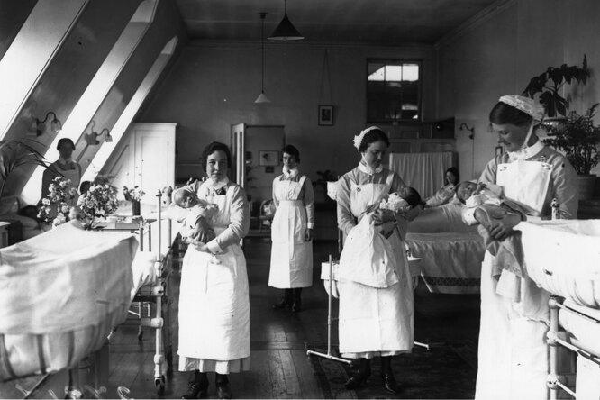 Медсестры держат детей в родильном отделении больницы Святого Варфоломея в Лондоне.