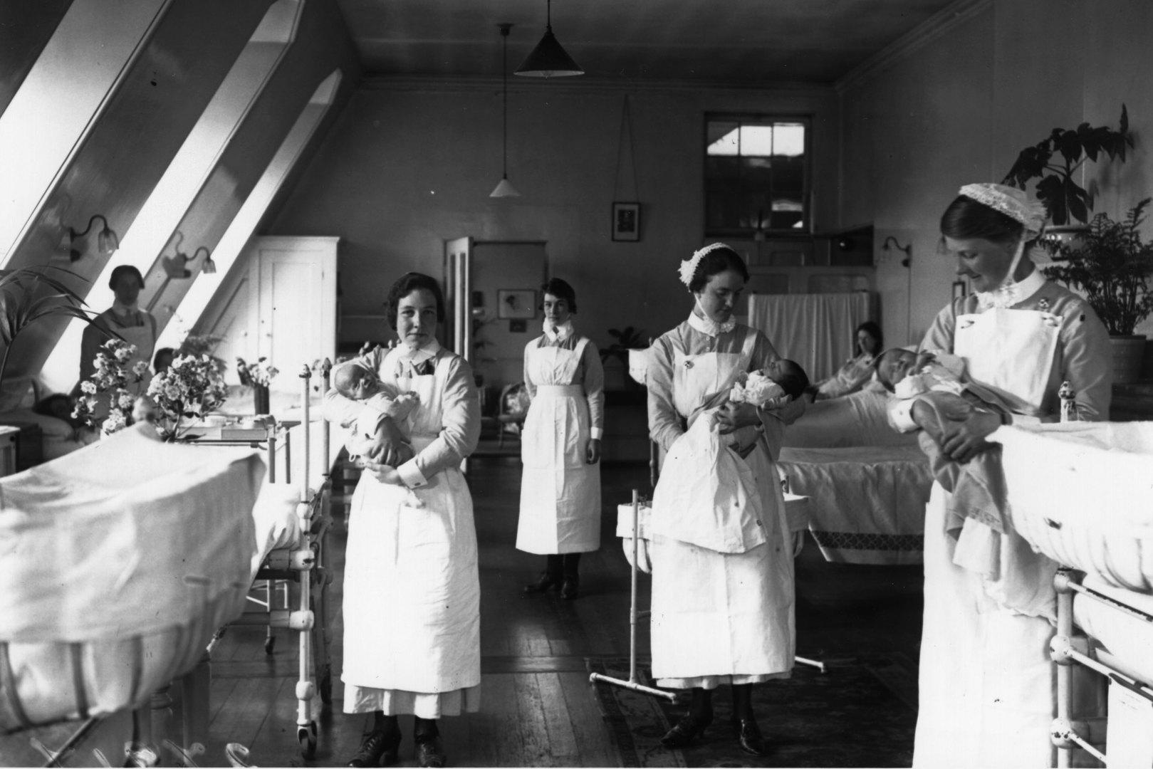 Медсестры держат детей вродильном отделении больницы Святого Варфоломея вЛондоне.