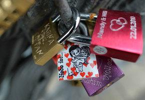 Откуда появилась традиция вешать замок любви и  что она означает?