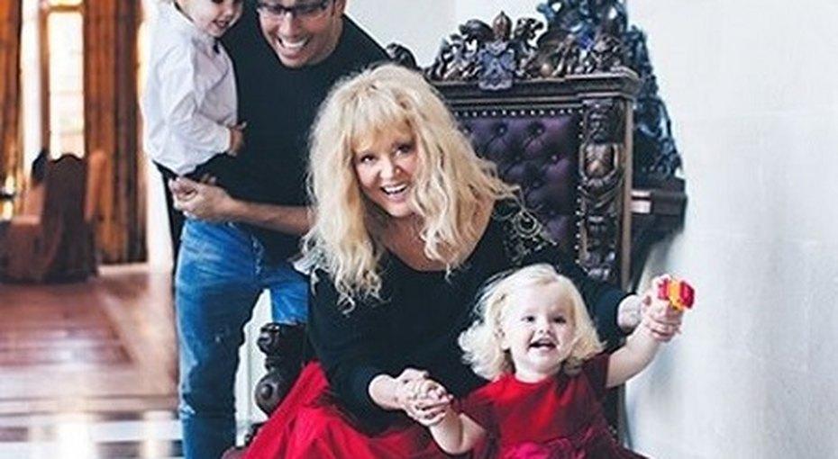 Алла Пугачева показала трогательные семейные фото смужем идетьми