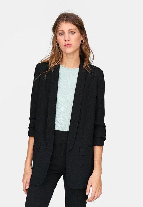 девушка в брюках и пиджаке