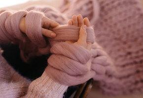 Вязание на пальцах: 5 полезных вещей, которые можно связать без спиц и крючка