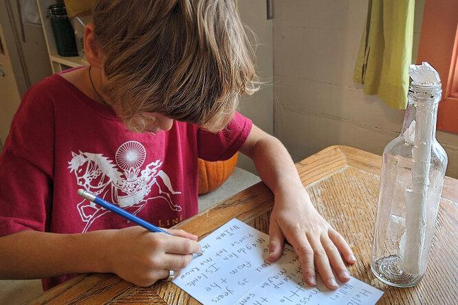 8-летний мальчик нашел старое послание вбутылке — ирешил разыскать отправителя