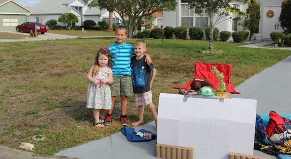 Шестилетний мальчик раздает свои игрушки детям избедных семей