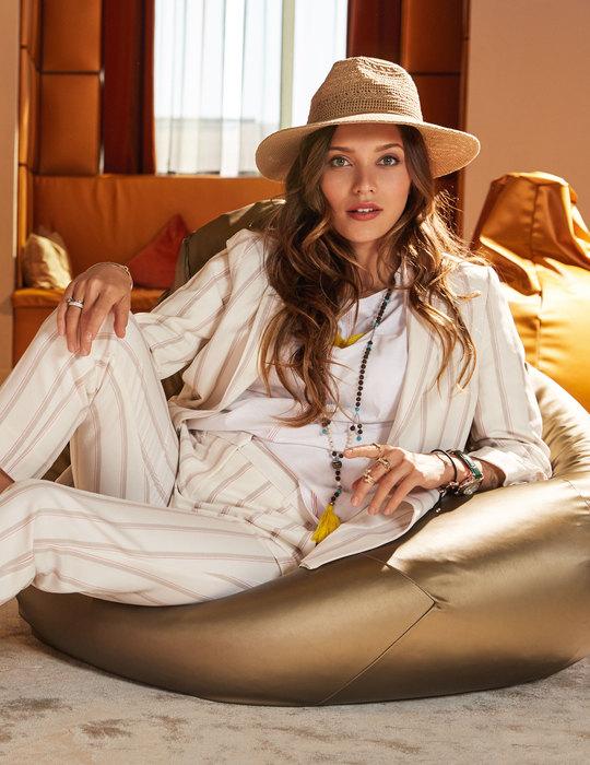 Костюм, TONI GARRN X TOM TAILOR; футболка ишляпа, Marks & Spencer; туфли, Santoni; бусы, Laurel; часы, «НИКА»; кольца ибраслеты, PANDORA