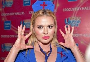 В глаза смотри! Анна Семенович в платье с глубоким декольте станцевала цыганочку