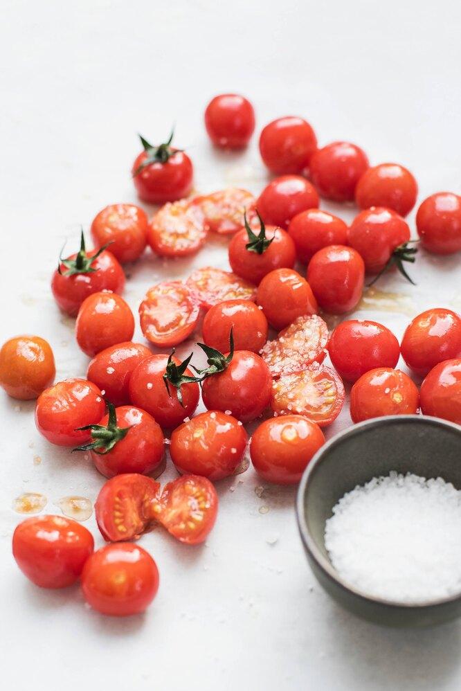 свежие помидоры, свежие помидоры с солью, помидоры и соль, красные помидоры, томаты свежие